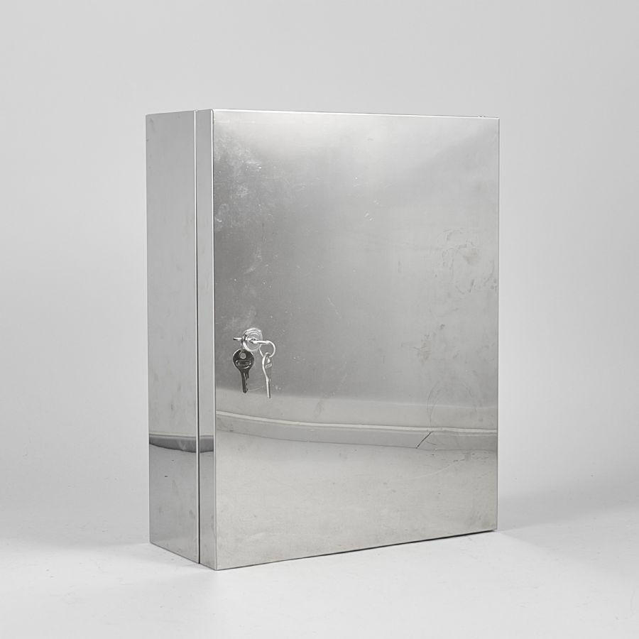 Badrumsskåp, metall, längd 35 cm, djup 15 cm, höjd 45 cm Metropol Auktioner i Stockholm