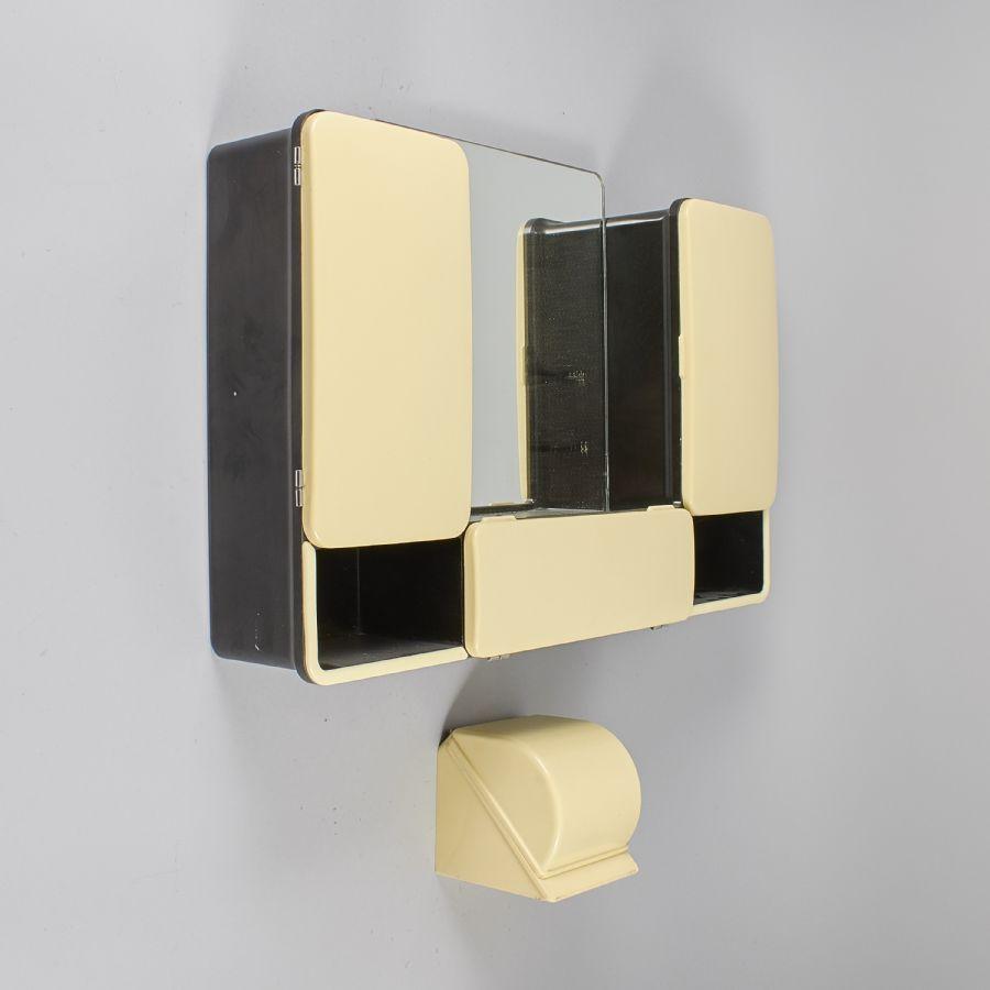 Badrumsskåp, + toarullehållare, längd 69 cm, djup 13 cm, höjd 48 cm Metropol Auktioner i
